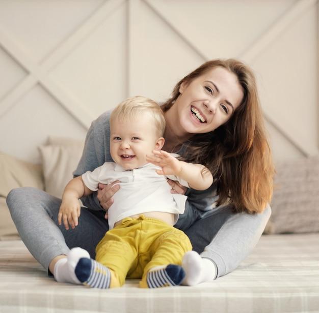 Madre e figlio sul letto, divertente madre e figlio felici