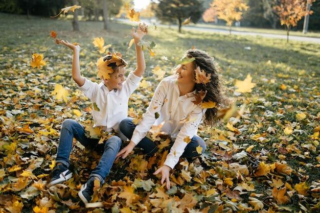 Madre e figlio trascorrono del tempo all'aperto nel parco