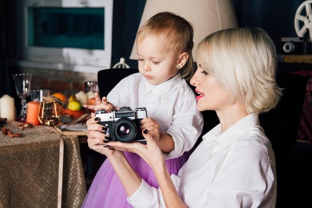 Madre e piccola figlia che posano nell'interno del nuovo anno