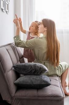 Madre e ragazza guardando la cornice