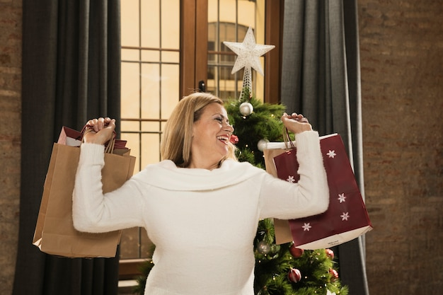 Madre felice con borse della spesa
