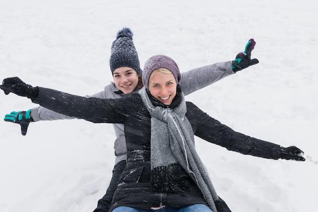Madre felice con la sua bella figlia godendo le vacanze invernali
