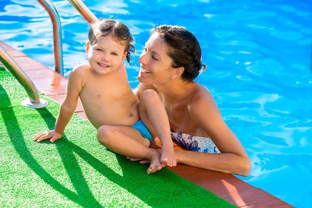 Madre felice e piscina della figlia del bambino