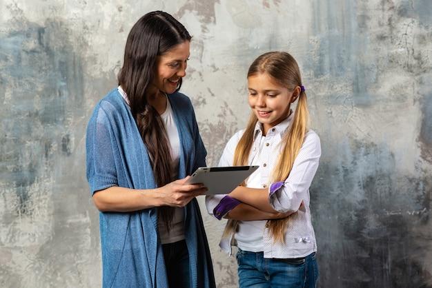 Madre in possesso di ipad e in cerca di sua figlia