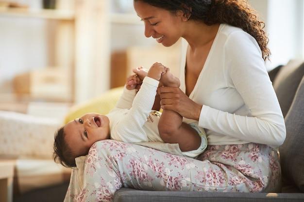 Madre nera si diverte con il bambino