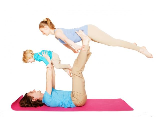 Madre, padre e figlio che fanno yoga
