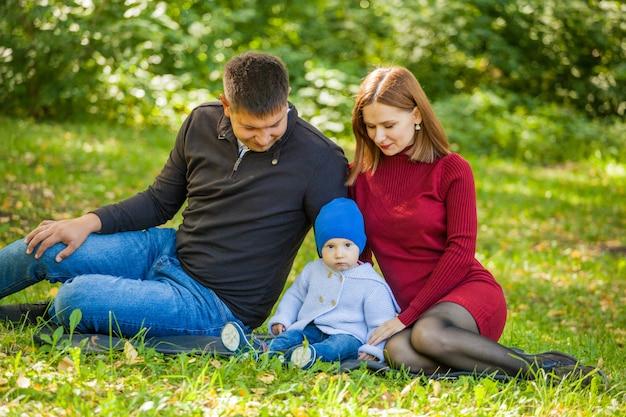 Madre, padre e figlio in una passeggiata nel parco