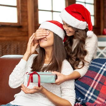 Madre sorpresa della figlia del colpo medio con il regalo