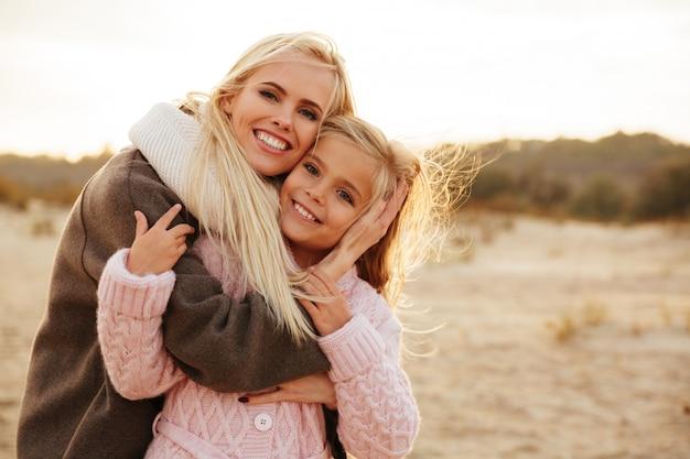 Madre sorridente che gioca con la sua piccola figlia