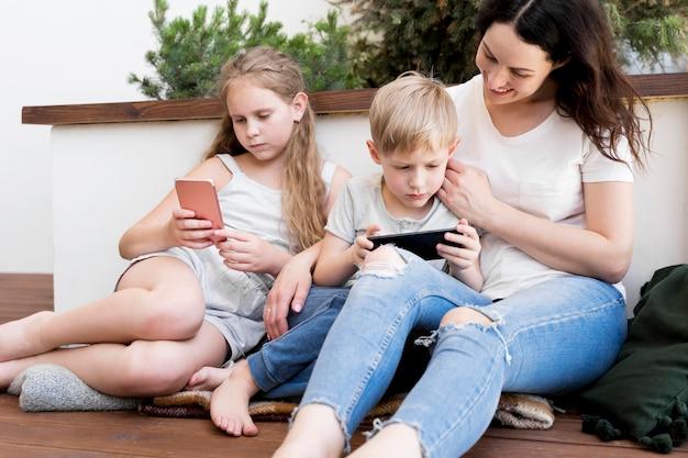 Madre stare con i suoi figli
