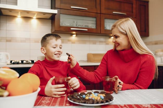 Madre sveglia con il piccolo figlio in una cucina