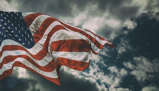 Maestosa bandiera degli stati uniti contro uno sfondo scuro