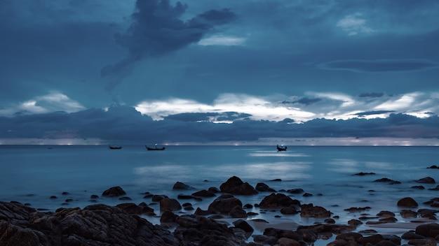 Maestoso cielo sopra il mare in serata