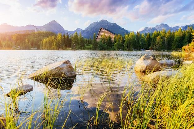 Maestoso lago di montagna nel parco nazionale alti tatra. per favore