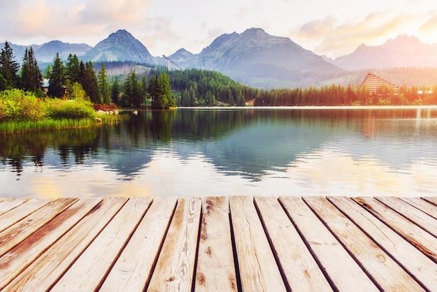 Maestoso lago di montagna nel parco nazionale alti tatra. strbske pleso, slovacchia