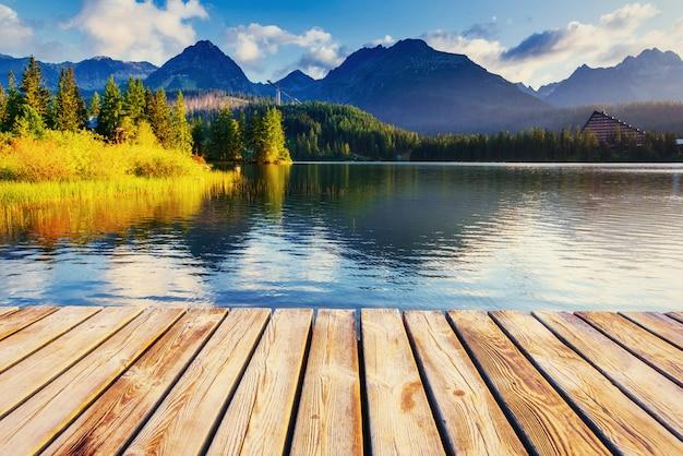 Maestoso lago di montagna nel parco nazionale alti tatra.