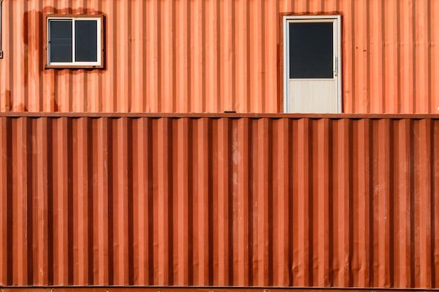 Magazzino di container sovrapposti di colore arancione