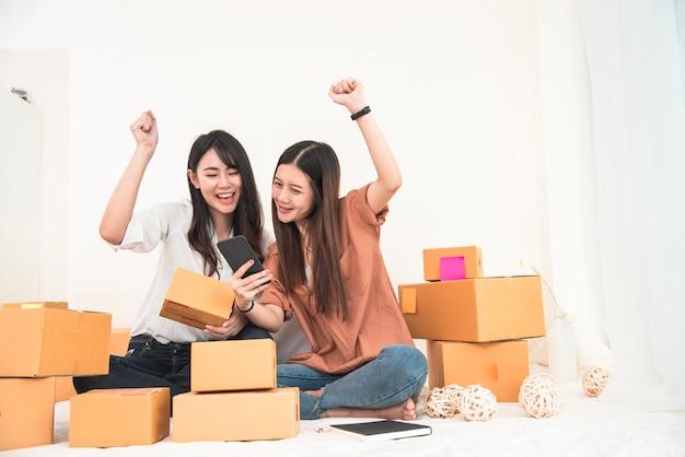 Magazzino di distribuzione di due giovani imprenditori asiatici piccola impresa asiatica di distribuzione delle pmi