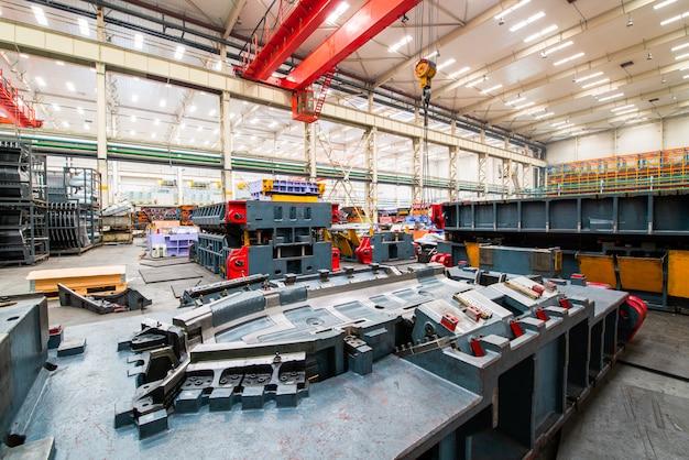 Magazzino di fabbrica di automobili moderne, stampi e attrezzature.