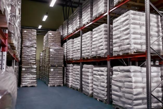 Magazzino di prodotti finiti in sacchi di carta