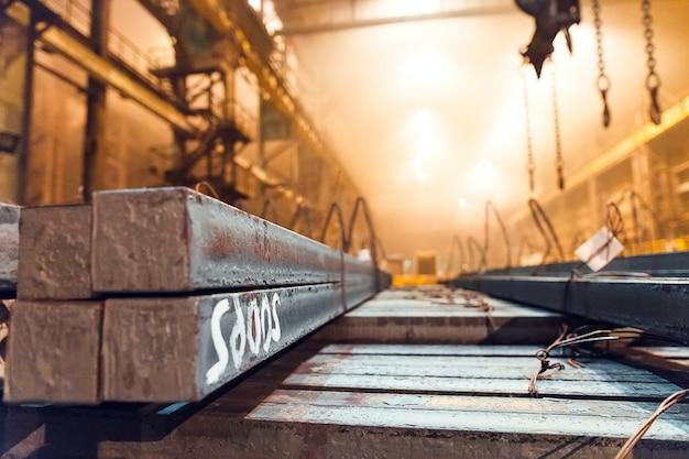 Magazzino in metallo bianco. impianto di galvanizzazione per il metallo.