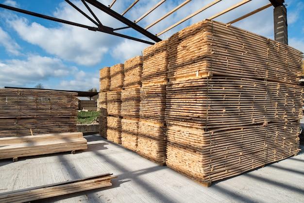 Magazzino per segare tavole su una segheria all'aperto. legname, segheria: deposito di assi di legno piallate
