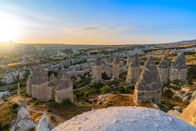 Magiche forme fungine di arenaria in cappadocia, turchia.