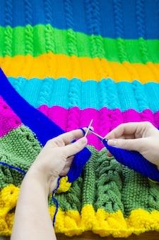 Maglia da ragazza in maglia ferri da maglia