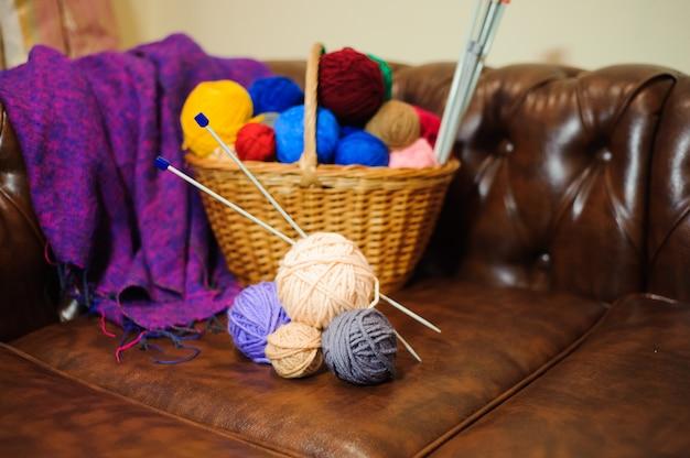Maglieria a colori e palline nel cestino