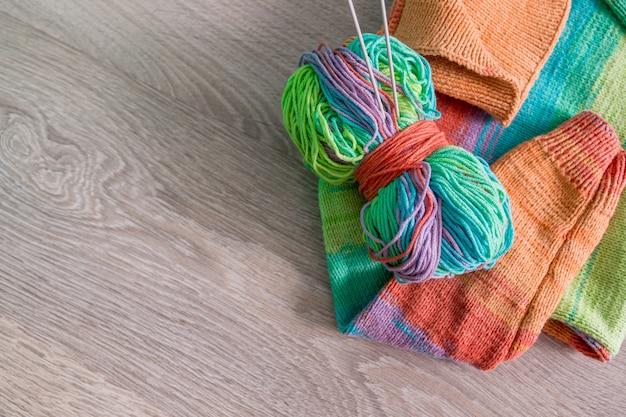 Maglieria. maglione lavorato a maglia. gomitolo di lana multicolore con aghi