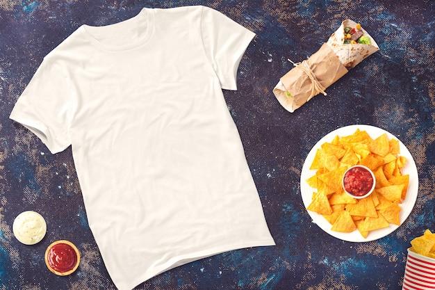 Maglietta bianca con cibo