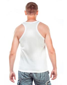 Maglietta bianca su un giovane