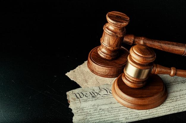 Maglio di legno marrone sulla dichiarazione di indipendenza americana