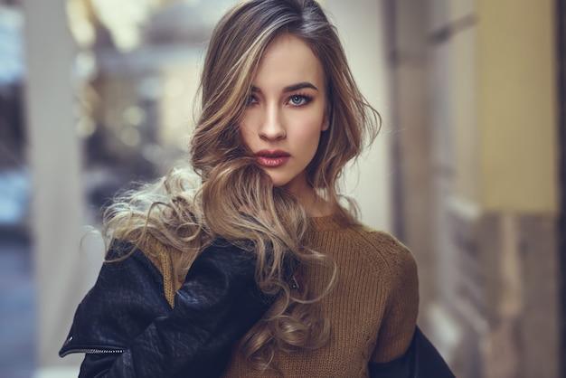 Maglione adulto bella donna moderna