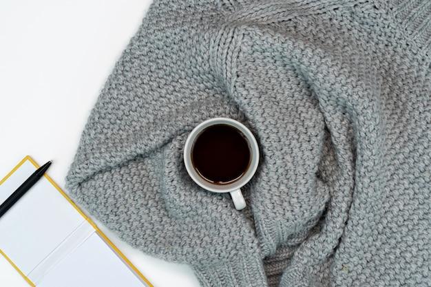 Maglione caldo caffè, laptop e accessori per la scrittura