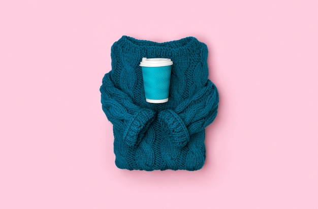 Maglione lavorato a maglia turchese intimo vista dall'alto piatto con tazza di caffè o tè di carta