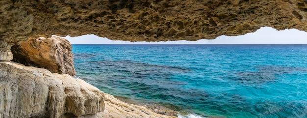 Magnifica vista dell'orizzonte da una grotta sulle rive del mar mediterraneo.