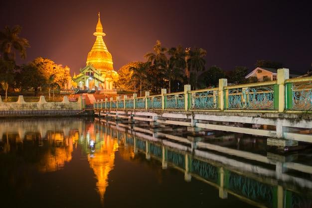 Maha wizaya paya, vicino allo shwedagon paya, yangoon, myanmar.