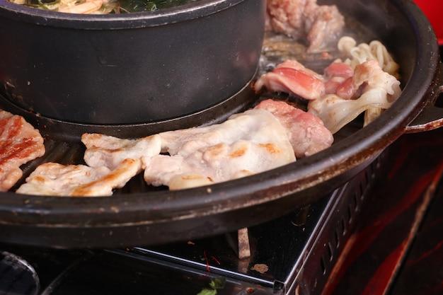 Maiale alla griglia su una padella shabu