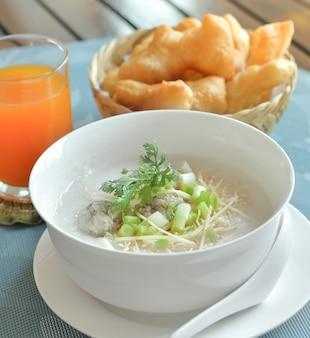 Maiale di riso bollito o poltiglia per colazione