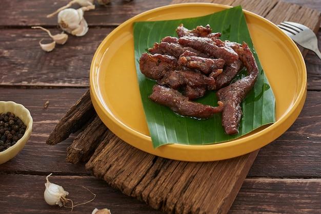 Maiale essiccato, cibo thai-esan. maiale con aglio di erbe condimento
