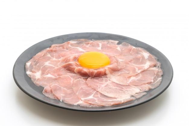 Maiale fresco a fette crudo con uovo per cucinare
