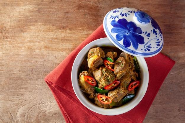 Maiale fritto con curry. cibo thailandese