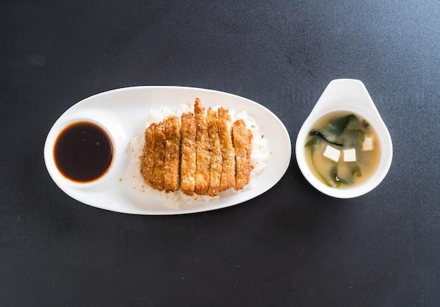 Maiale fritto su riso sormontato (tonkatsu) con zuppa di miso