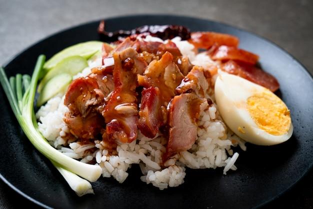 Maiale rosso arrostito col barbecue in salsa su riso sormontato