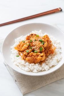 Maiale saltato in padella con kimchi su riso sormontato