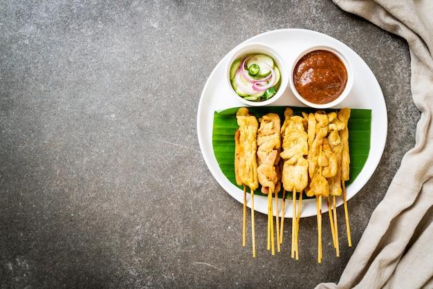 Maiale satay - maiale alla griglia servito con salsa di arachidi o salsa agrodolce
