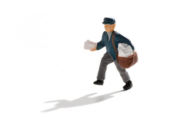 Mailman consegna lettere in miniatura su bianco