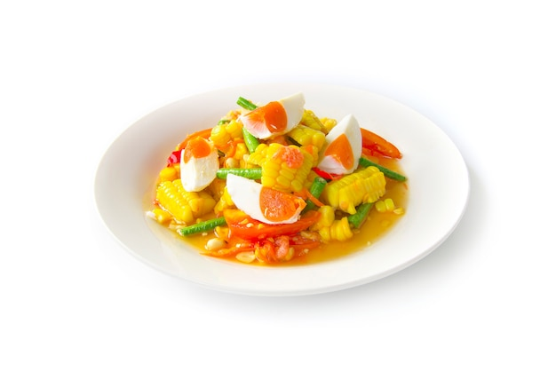 Mais insalata piccante con uova di sale (tum thai kao phod kai kem)