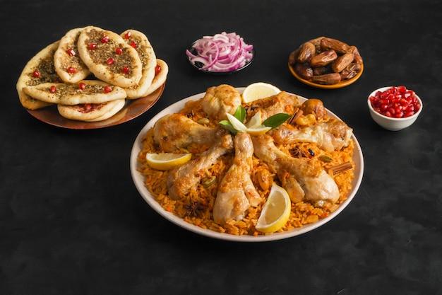 Majboos di pollo del qatar - piatto nazionale del bahrain e del qatar. cucina araba.